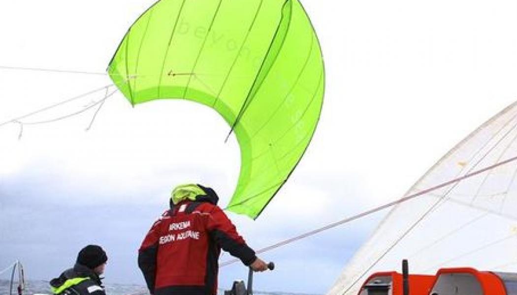 Un velero averiado logra llegar a Canarias con cometas de Kite